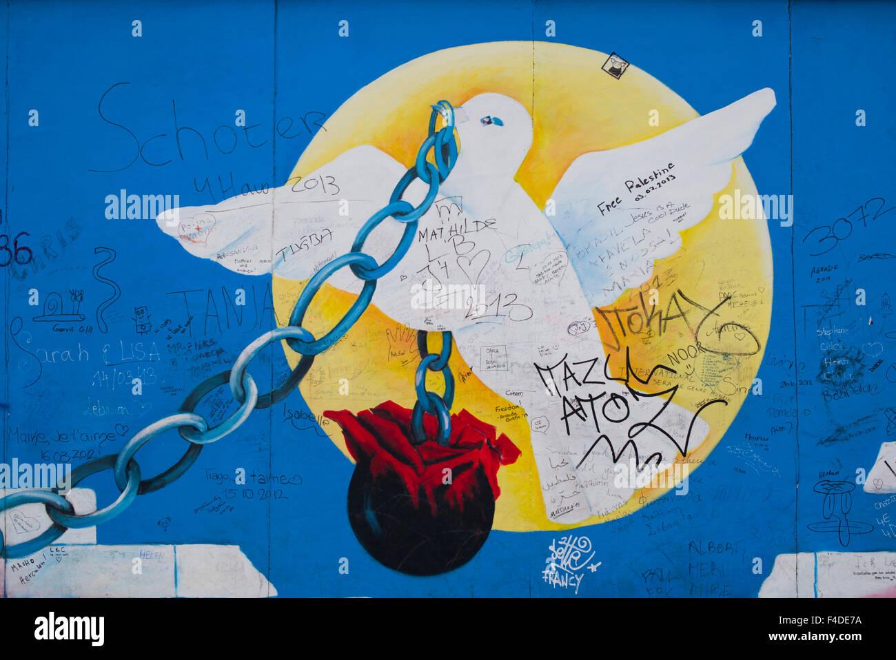Alemania Berlín East Side Gallery Murales En El Muro De Berlín La Pintura De La Paloma De La Paz Uso Editorial Solamente Fotografía De Stock Alamy