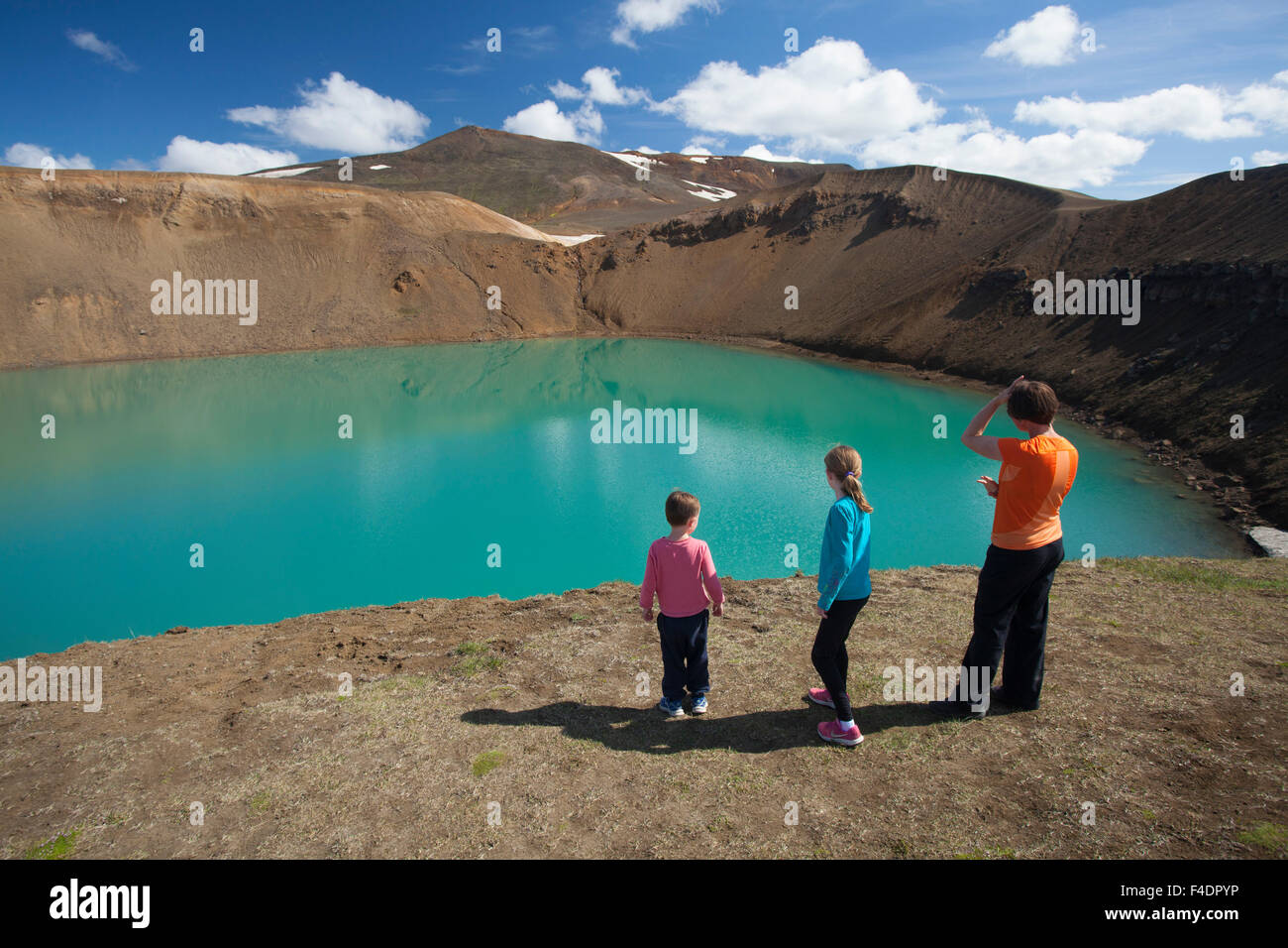 Junto a la familia Viti cráter Krafla, zona volcánica, Myvatn, Nordhurland Eystra, Islandia. Imagen De Stock