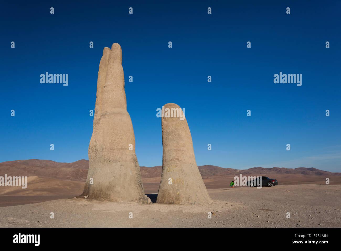 Chile, Antofagasta, Mano del Desierto escultura por Mario Irarrazaval, 1992. Imagen De Stock