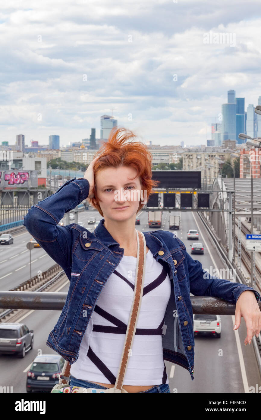 Retrato de una niña en el fondo del paisaje urbano Foto de stock