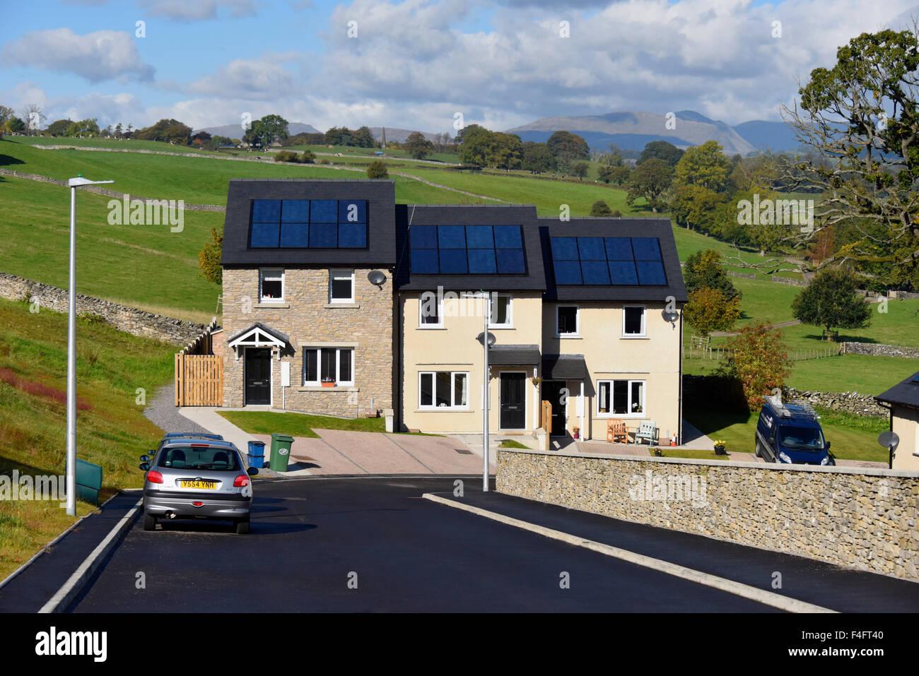 Nuevos edificios para viviendas asequibles con paneles solares en el techo. Aumento Abeto, en Kendal, Cumbria, Inglaterra, Imagen De Stock