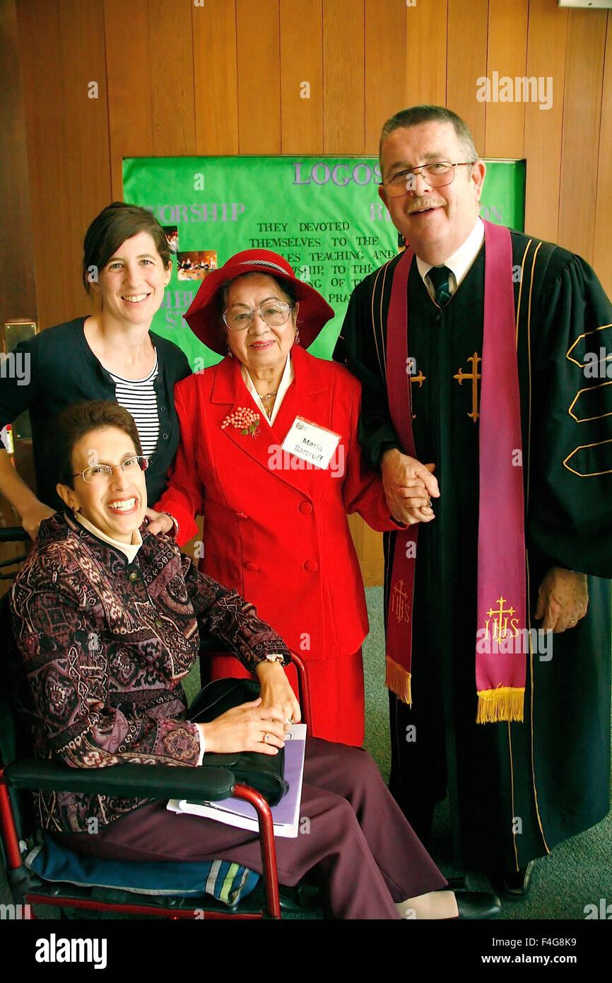 El pastor y los miembros de la Iglesia comunión, la mañana del domingo siguiente servicio. (MR) Imagen De Stock