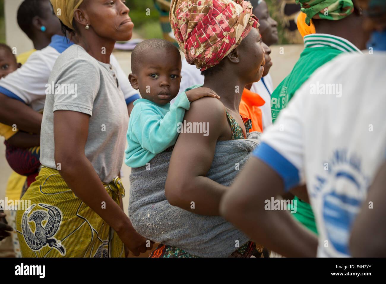 La madre y el niño en la aldea de Vea, Bolgatanga, distrito de Ghana. Imagen De Stock