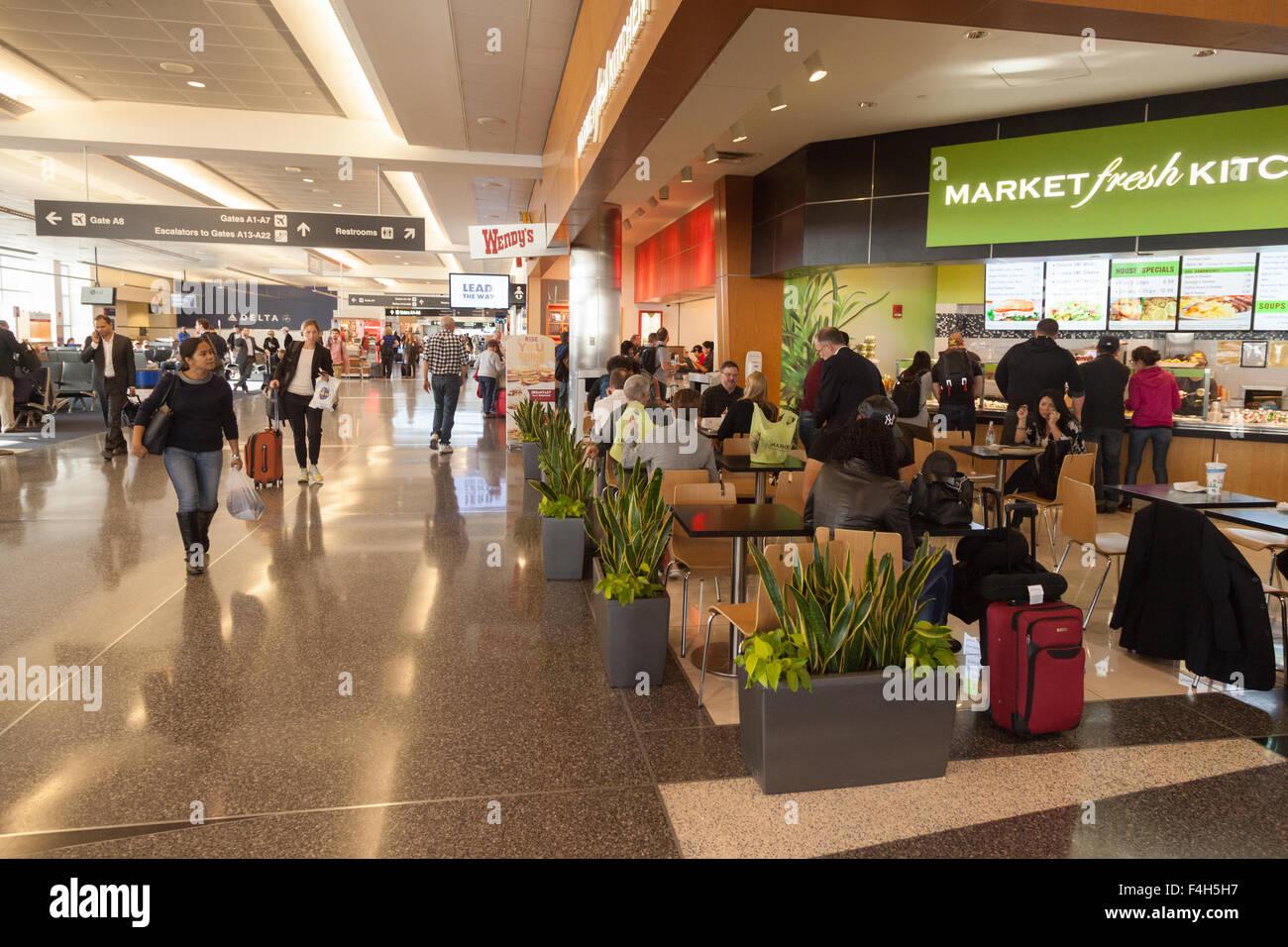 Interior, una sala de embarque de la Terminal del Aeropuerto Internacional Logan de Boston, EE.UU. Imagen De Stock