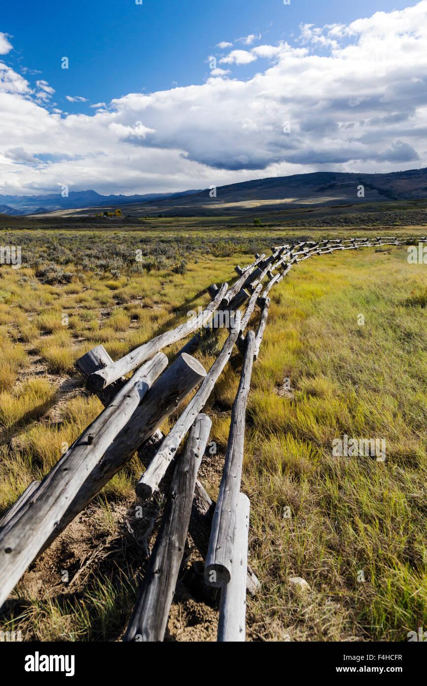Buck & rail vallas, camino de tierra junto a la autopista 40 y CR14; Norte Central de Colorado, EE.UU. Imagen De Stock