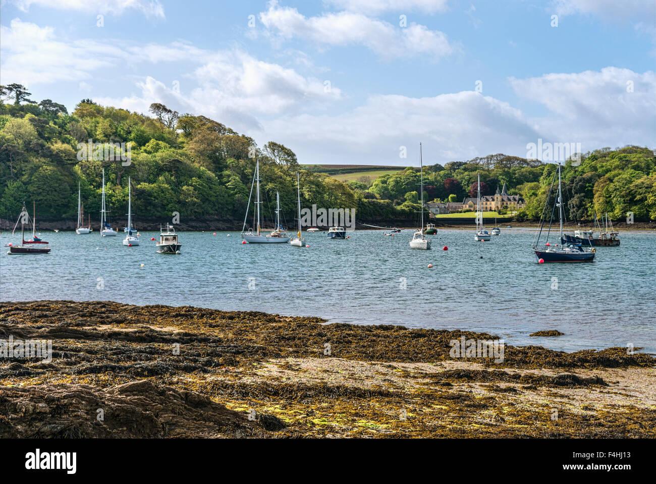 En vista de la costa escénica y la 'casa' cerca de St.Mawes en la costa de Cornualles, Cornwall, Inglaterra, Imagen De Stock