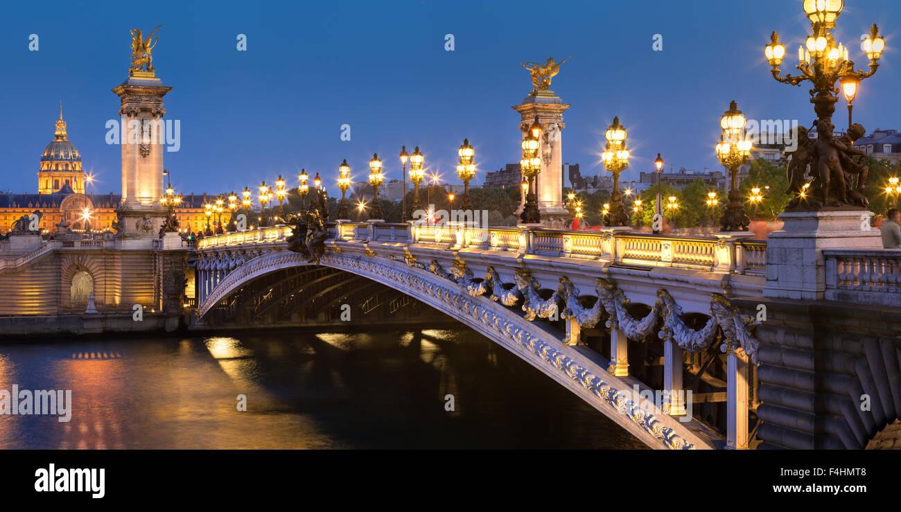 Pont Alexandre III (siglo xix, Beaux-Arts estilo arquitectónico), el río Sena y Les Invalides en penumbra, Imagen De Stock