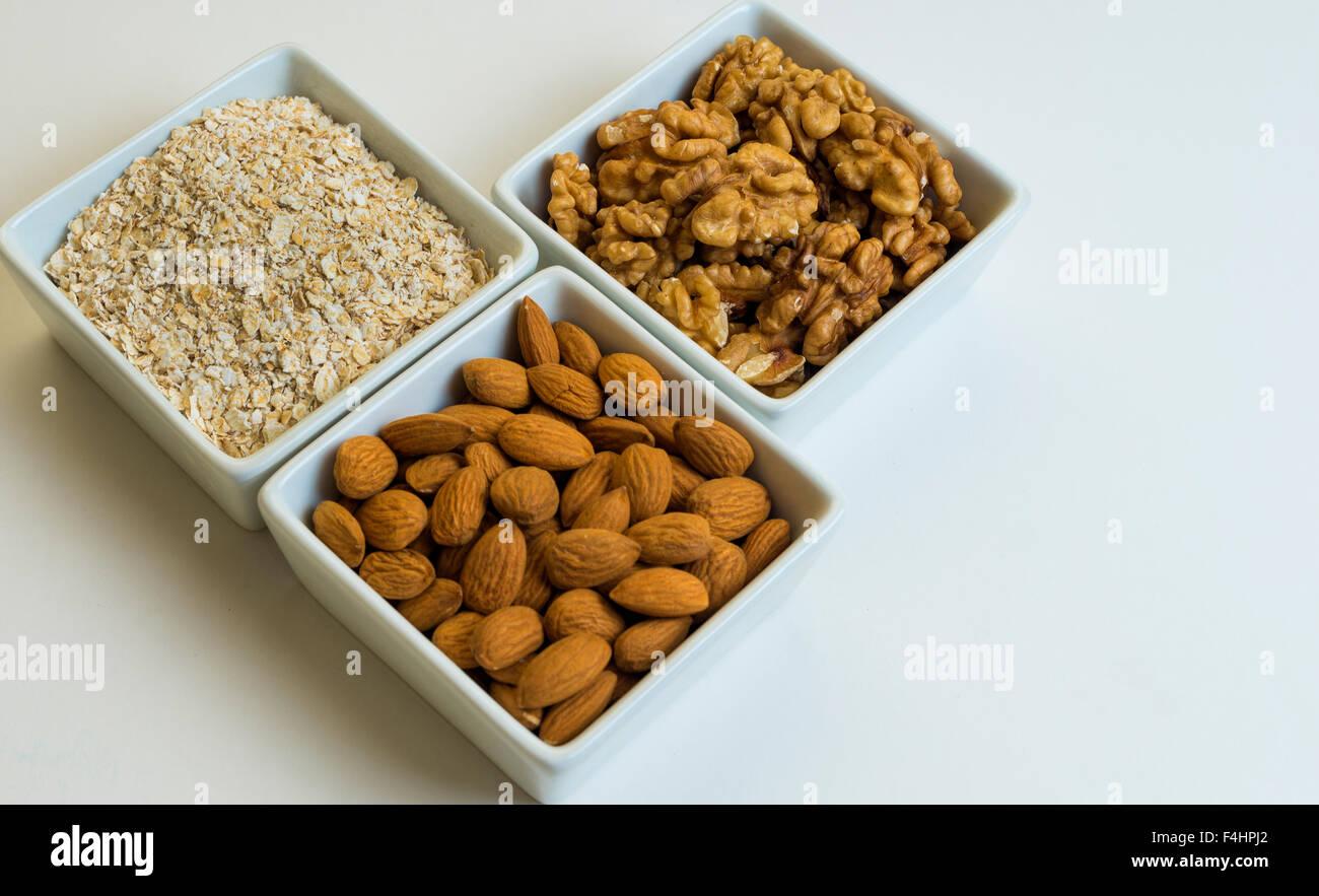 Avena, almendras, nueces, avena. frutos secos, buena salud y alimentacion. Buena comida Imagen De Stock