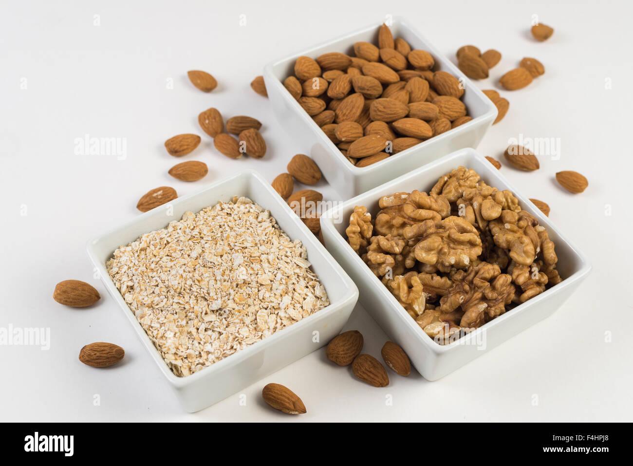 Las almendras, las nueces, la avena. frutos secos, buena salud y alimentacion. Buena comida Imagen De Stock