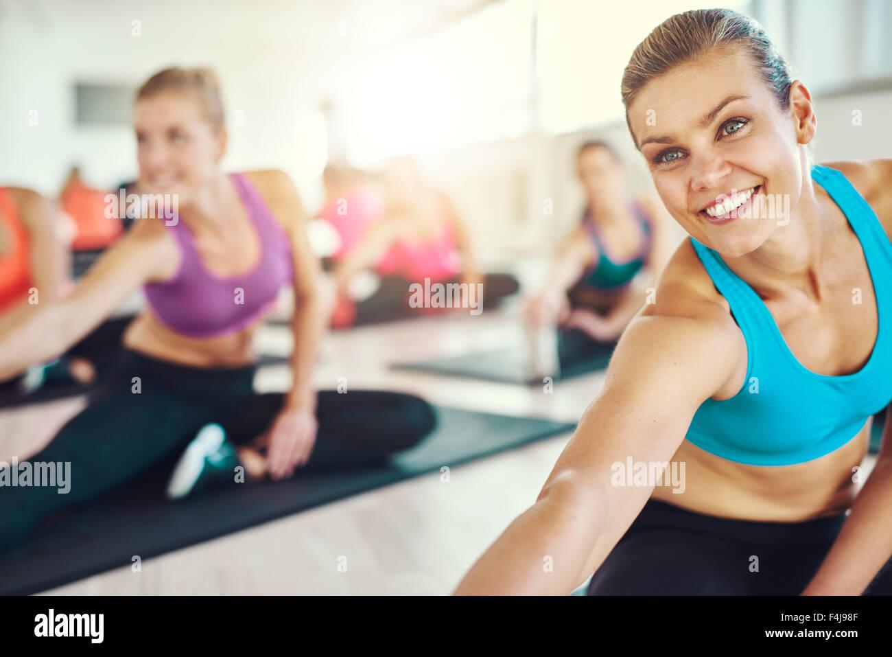 Montar y mujer sana en una clase de gimnasia, colorida ropa deportiva, fitness, aeróbic, deporte concepto Imagen De Stock