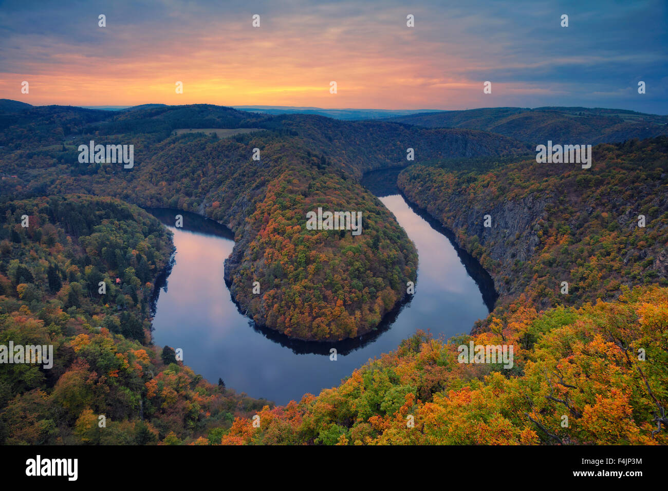 Otoño River Bend. Hermoso meandro del río Moldava en la República Checa durante el atardecer de otoño. Foto de stock