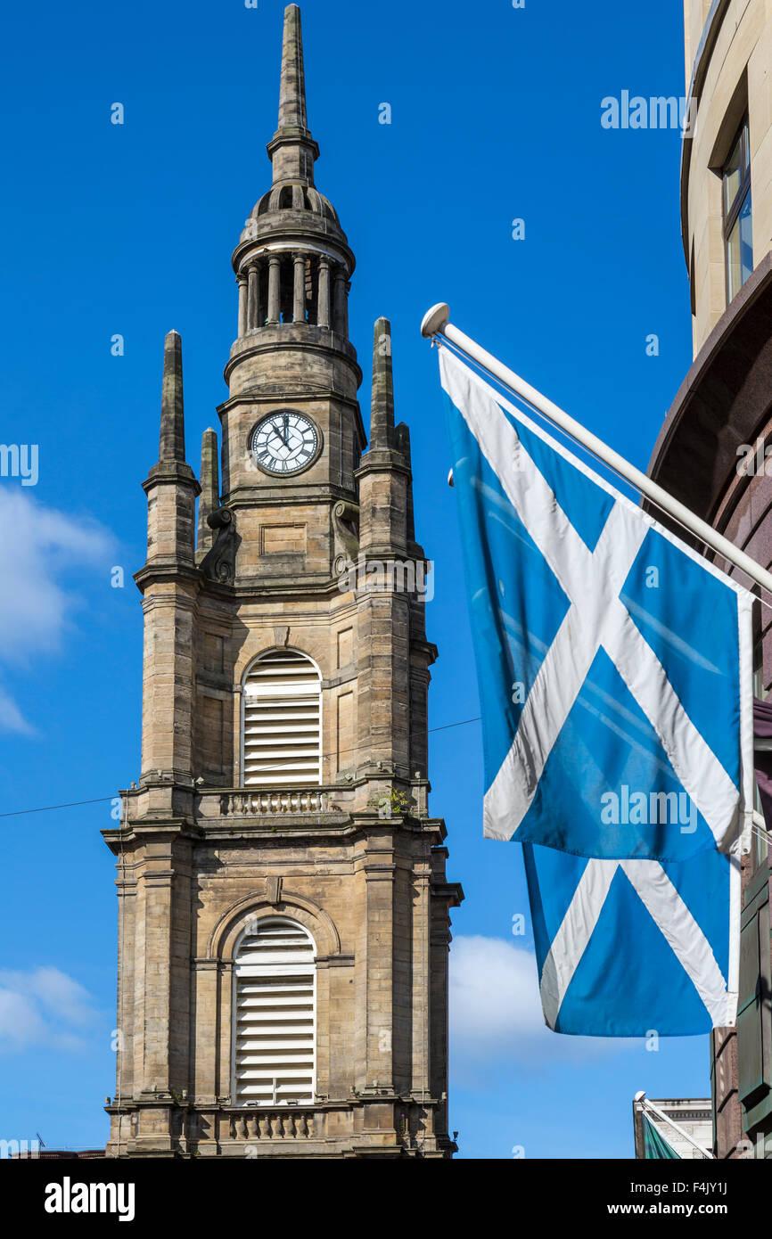 Iglesia de San Jorge Tron Steple Glasgow y Scottish Saltire, Buchanan Street / Nelson Mandela Place, Escocia, Reino Unido Foto de stock
