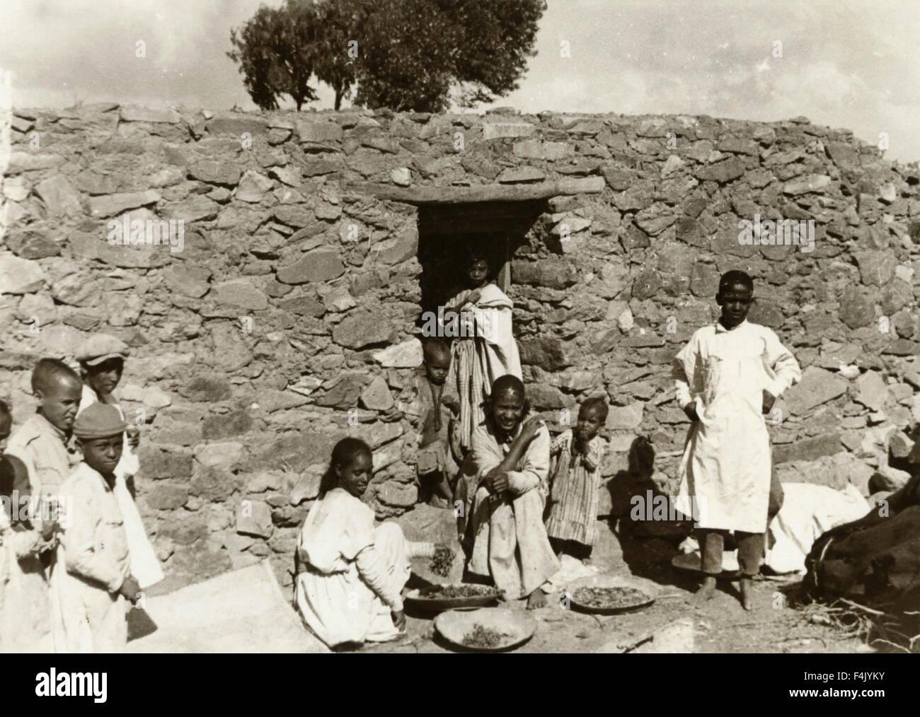 Grupo de negros en una aldea africana Imagen De Stock