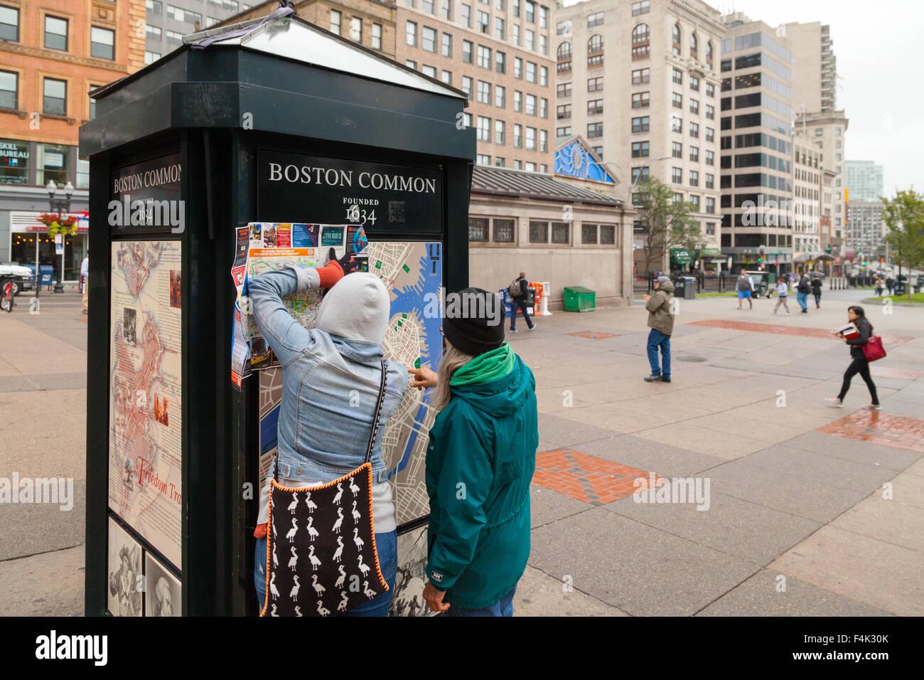 Los turistas en un mapa de Boston, Boston Common, Boston, Massachusetts, EE.UU. Imagen De Stock