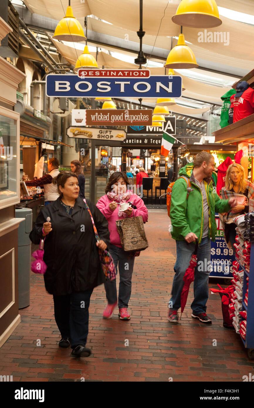 Personas que compran en el mercado de Quincy, Boston, Massachusetts EE.UU. Imagen De Stock