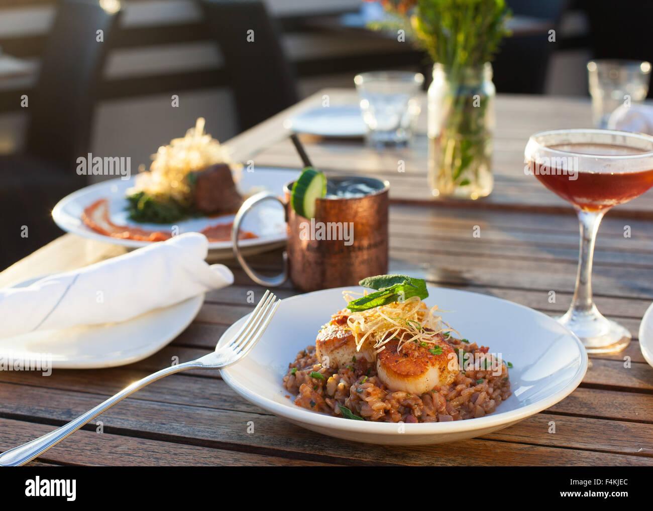 Cenar al aire libre con cócteles Imagen De Stock