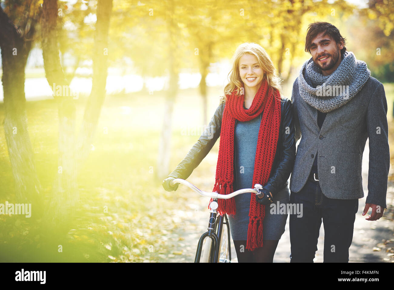 Pareja romántica con bicicleta pasar un fin de semana en el parque de otoño Foto de stock