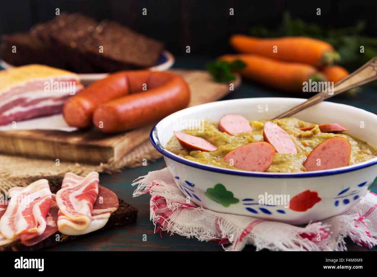 "Abundante holandés tradicional sopa de guisantes con salchicha ahumada, pan de centeno y tocino. O: ""rookworst roggebrood Foto de stock"