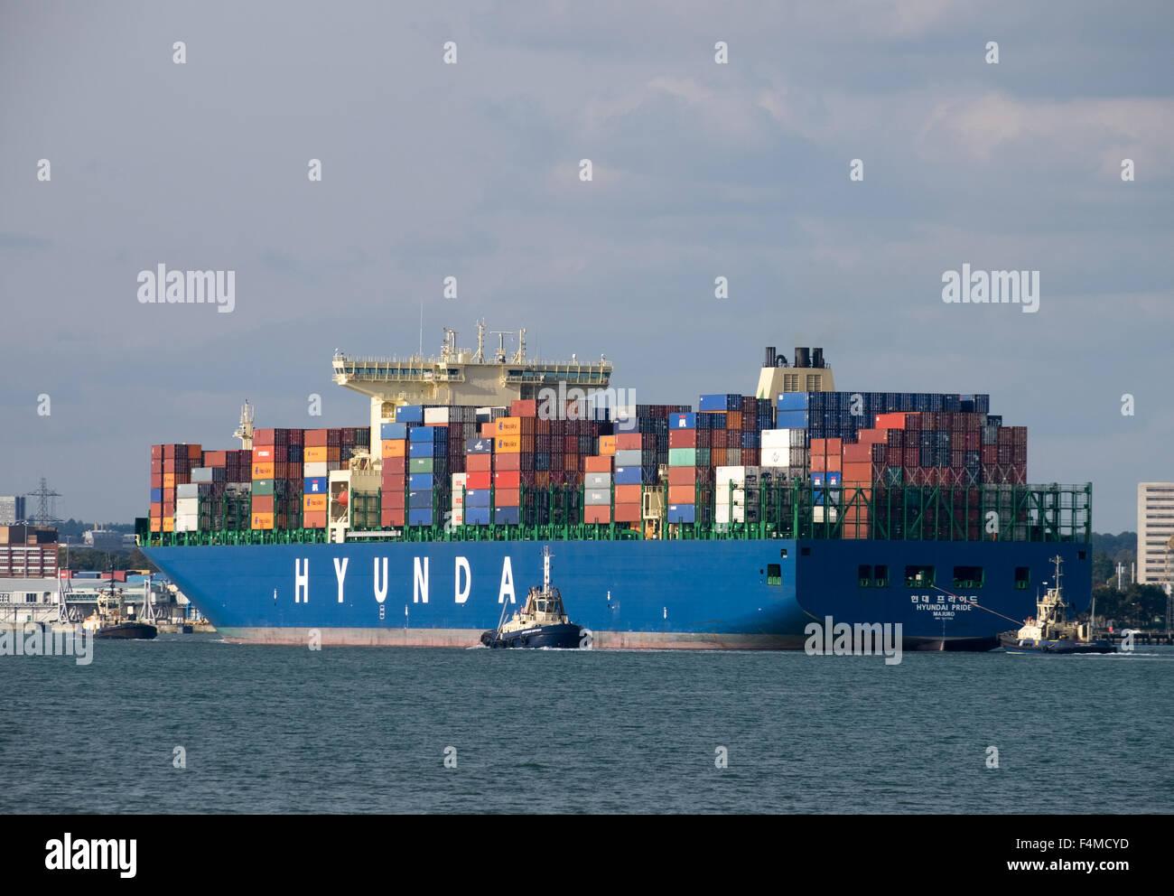 Hyundai orgullo barco de contenedores que llegan al puerto de contenedores muelles Southampton Imagen De Stock