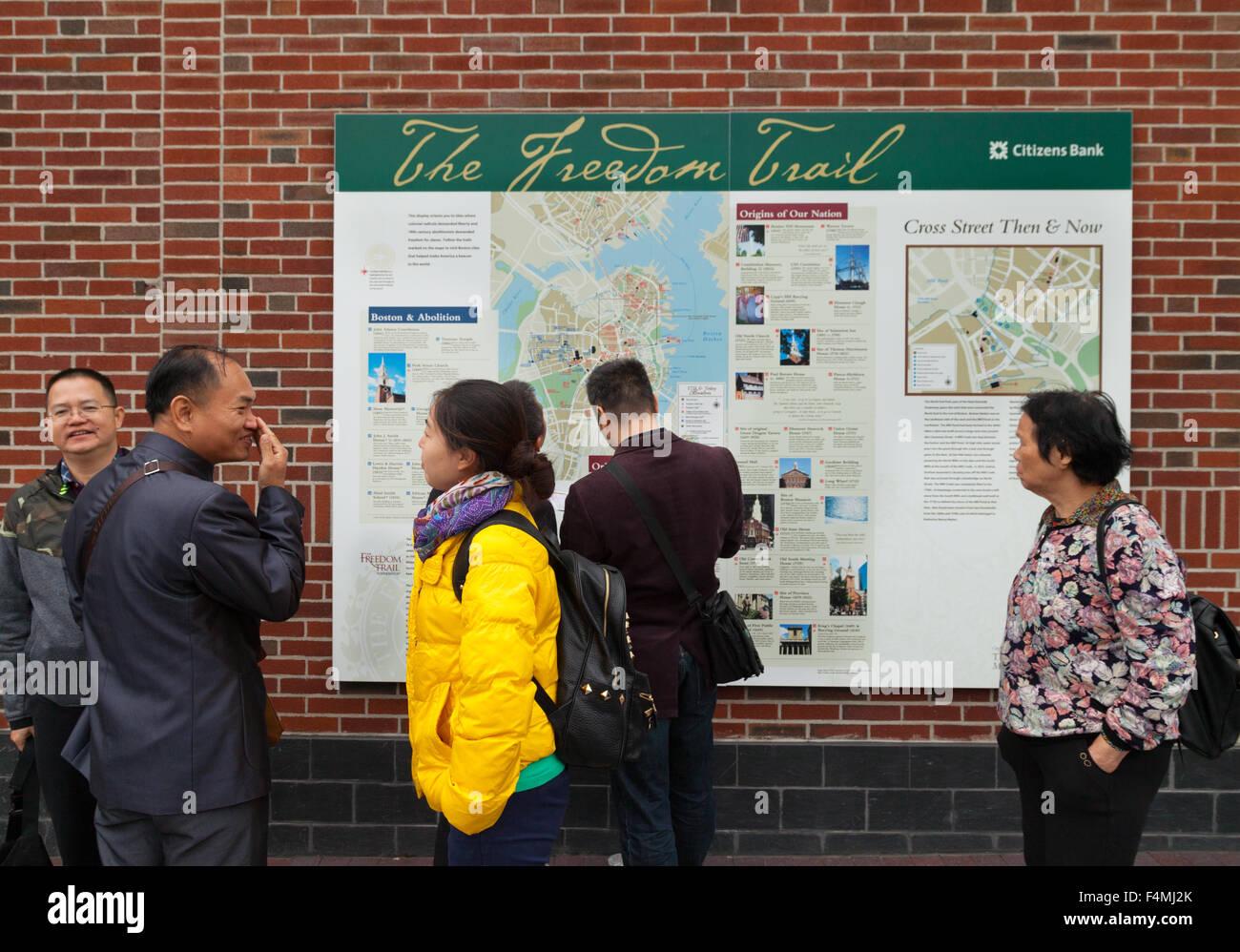 Los turistas chinos caminando por el Freedom Trail de Boston, Massachusetts, EE.UU. Imagen De Stock