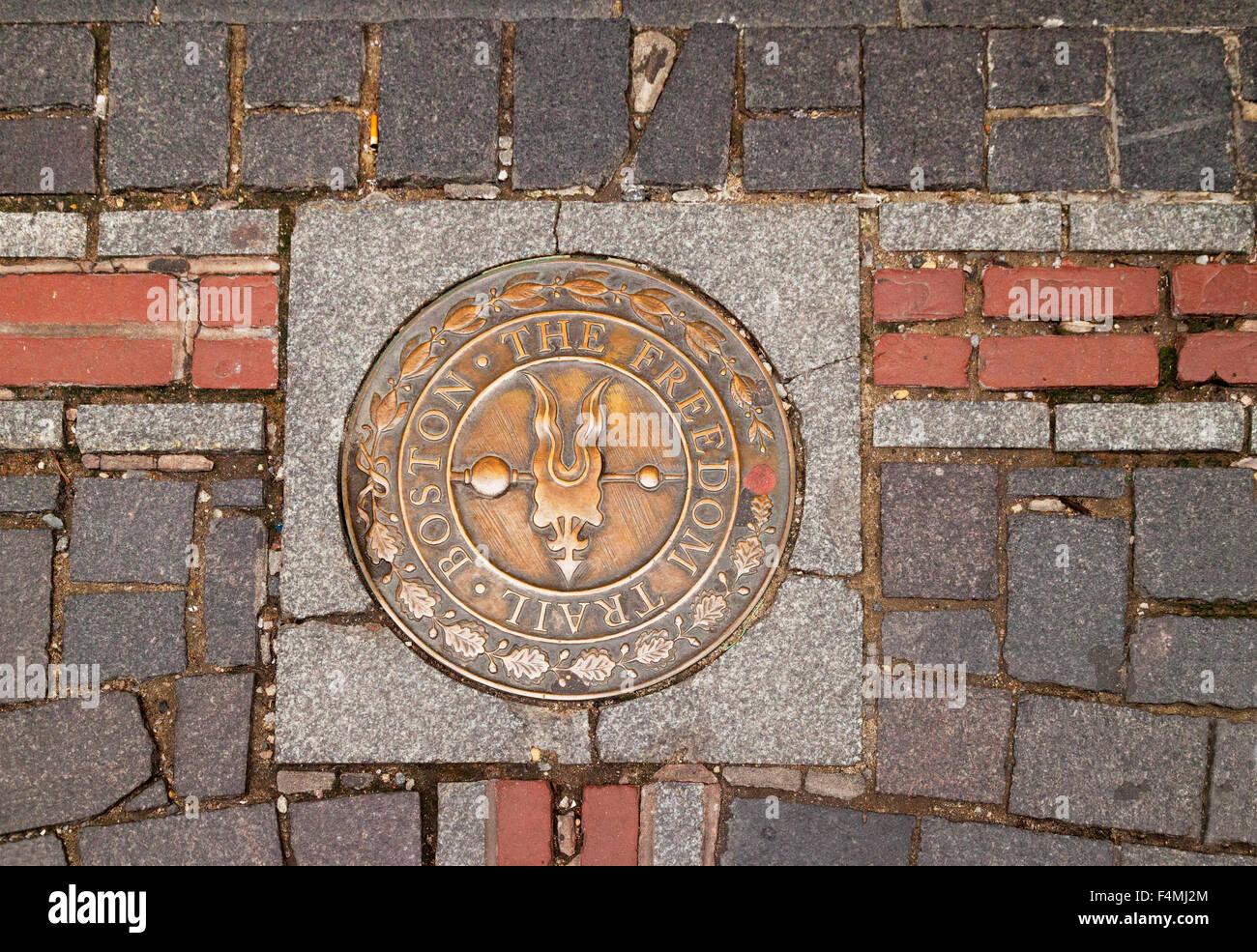 Símbolo de la Freedom Trail de Boston camina por la acera, de Boston, Massachusetts, EE.UU. Imagen De Stock
