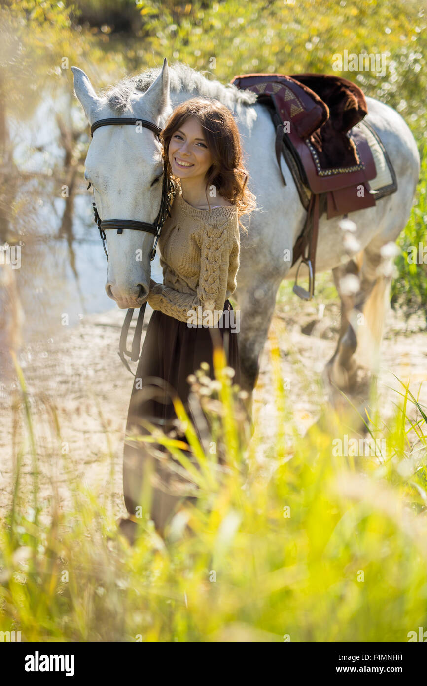 Hermosa chica con el caballo blanco Imagen De Stock