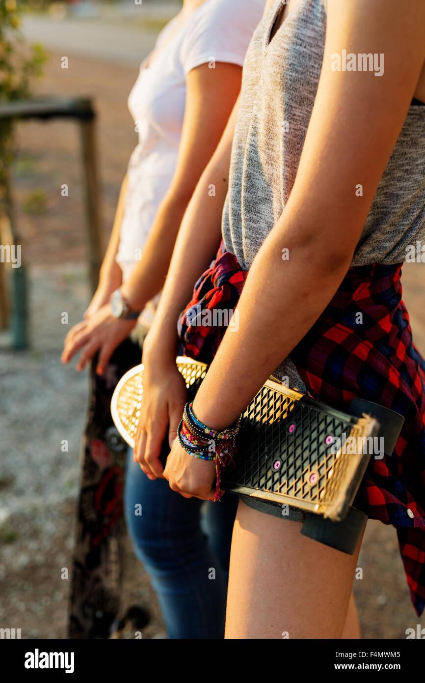 Central de adolescentes amigos con skateboards en skate park Imagen De Stock