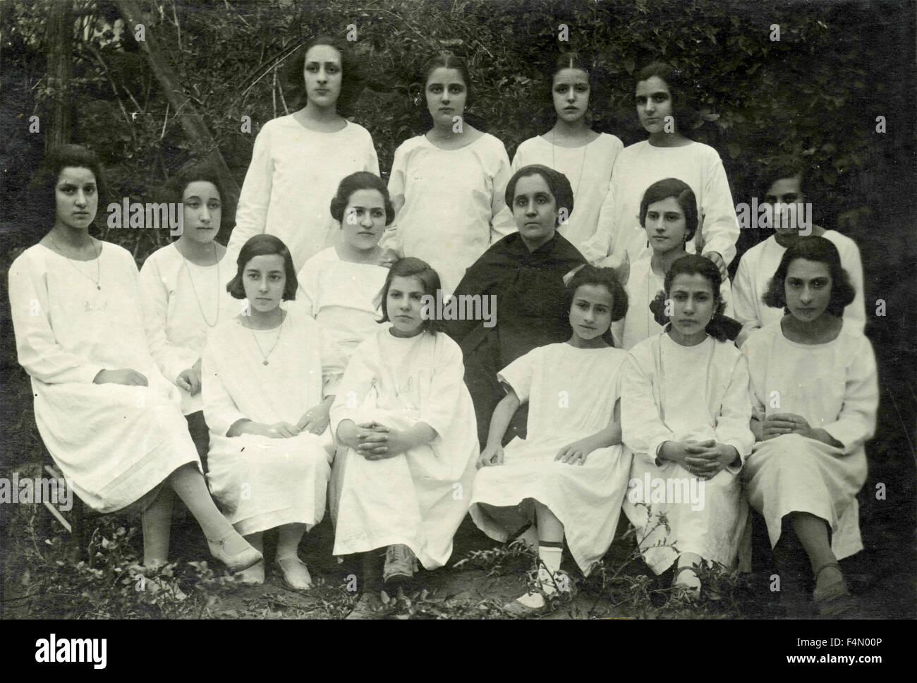 Retrato de un grupo de niñas vestidas de blanco, Italia Imagen De Stock