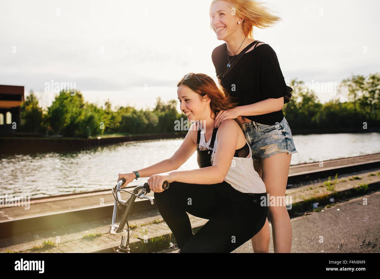 Dos amigos montando bicicleta BMX juntos Imagen De Stock