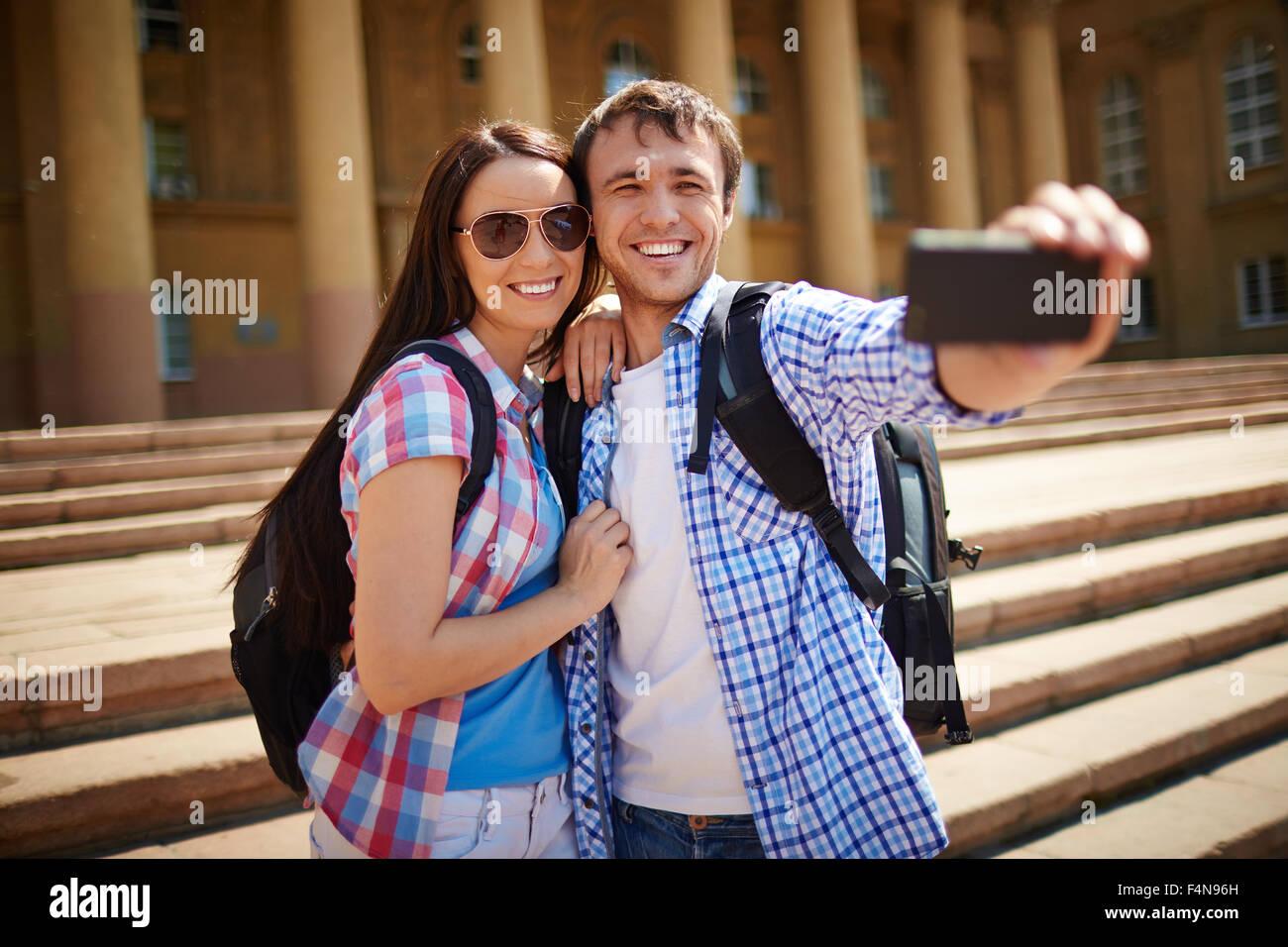 Pareja joven aventurero haciendo sus selfie durante el viaje Imagen De Stock