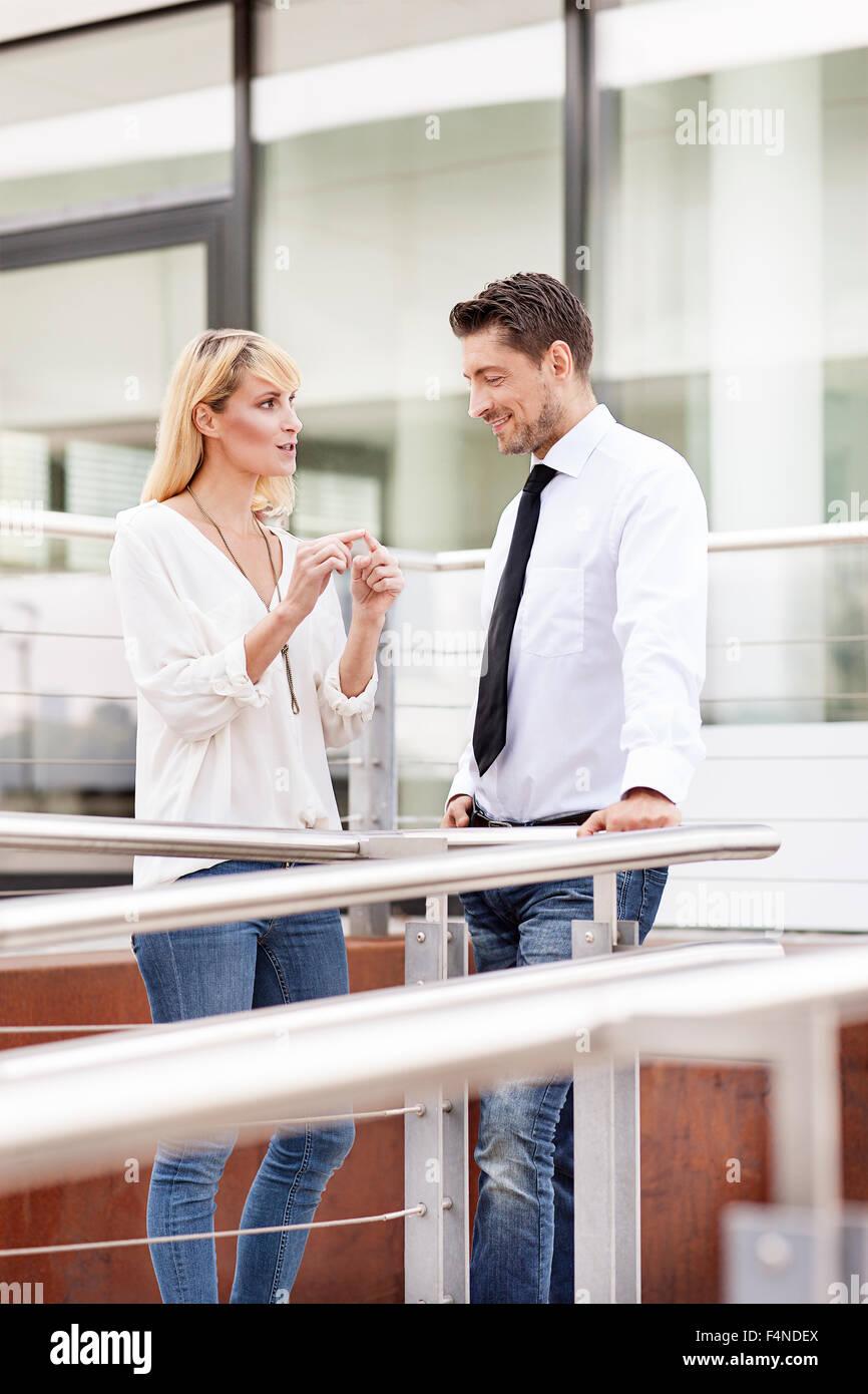 La empresaria explicativo algo a su socio de negocios Imagen De Stock
