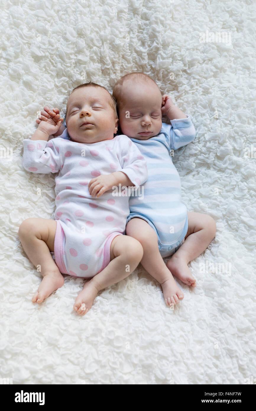 Retrato de mellizos recién nacido duerme al lado Imagen De Stock