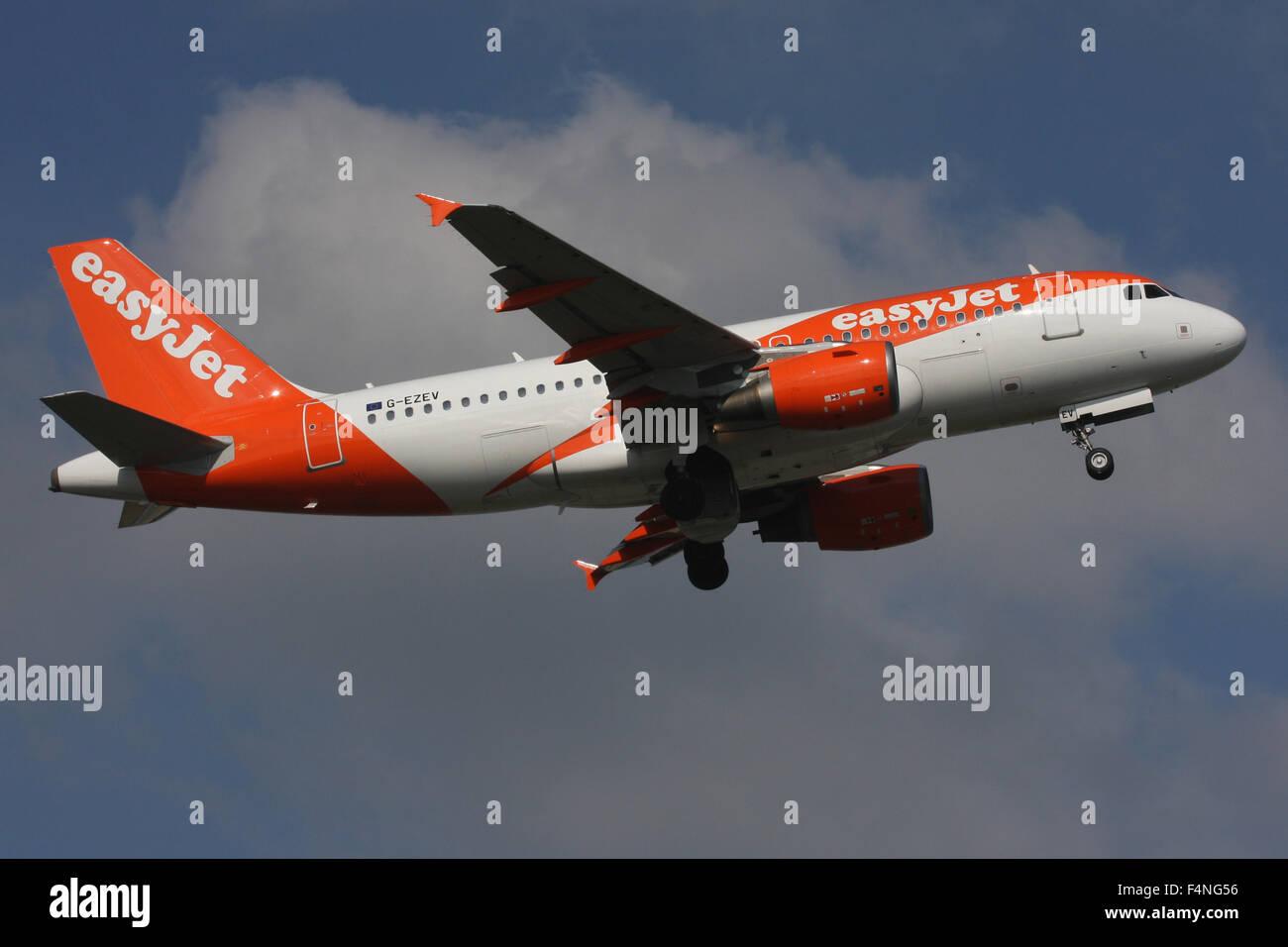 EASYJET AIRBUS A319 DESPEGA en última nueva librea 2015 Foto de stock