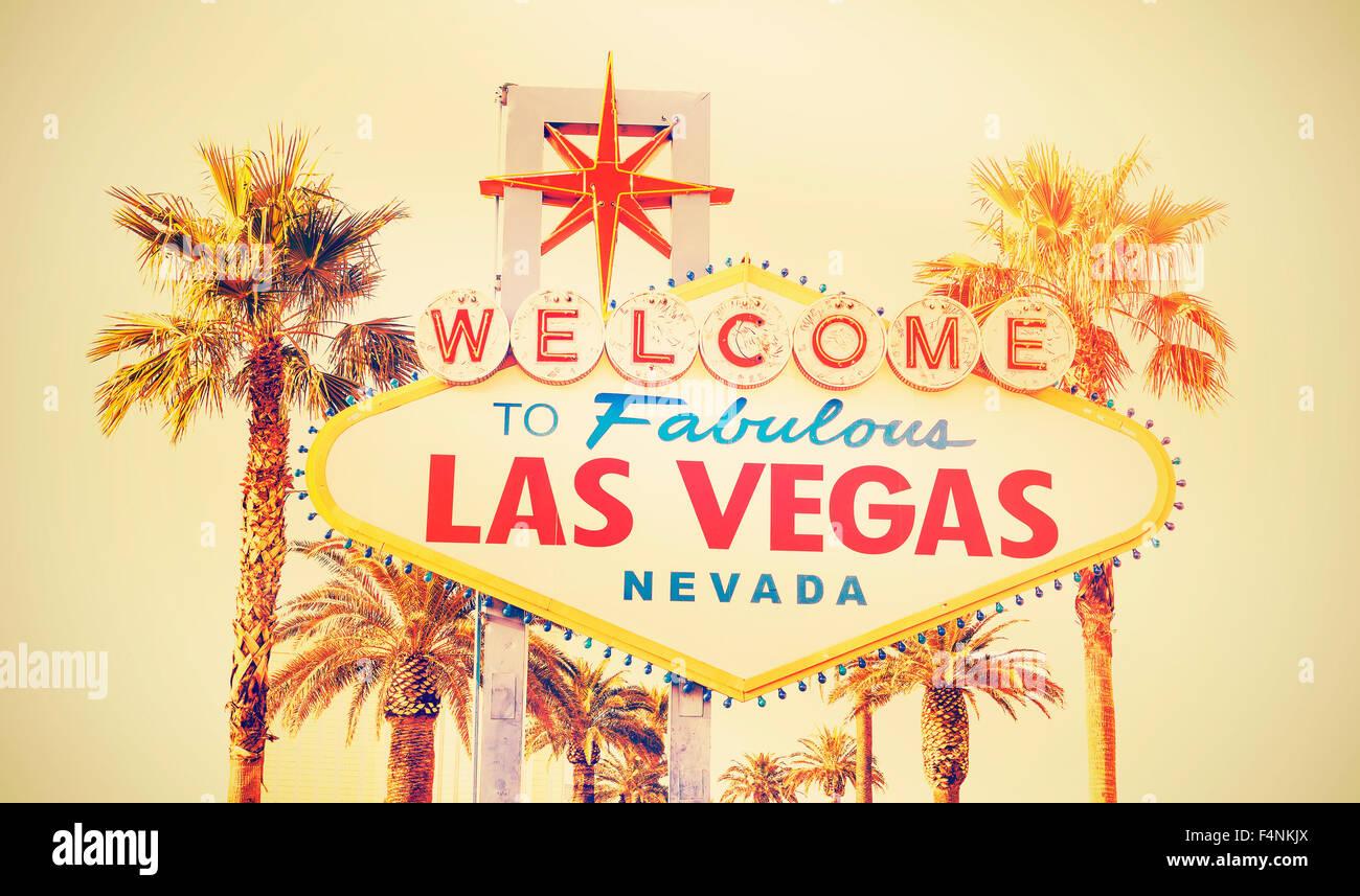 Cruz Retro foto procesada del signo Bienvenido a Las Vegas, Estados Unidos. Imagen De Stock