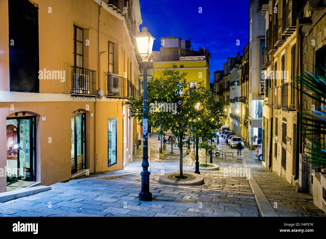 Calle tradicional en Cagliari, Cerdeña Italia en la noche Imagen De Stock