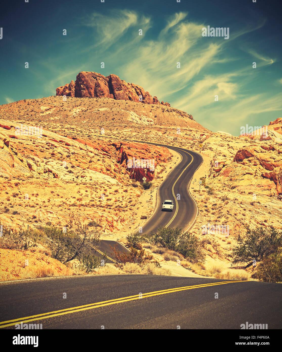 Tonos Retro desierto serpenteante carretera, concepto de viaje de aventura, el Parque Estatal Valle del Fuego, Nevada, Imagen De Stock