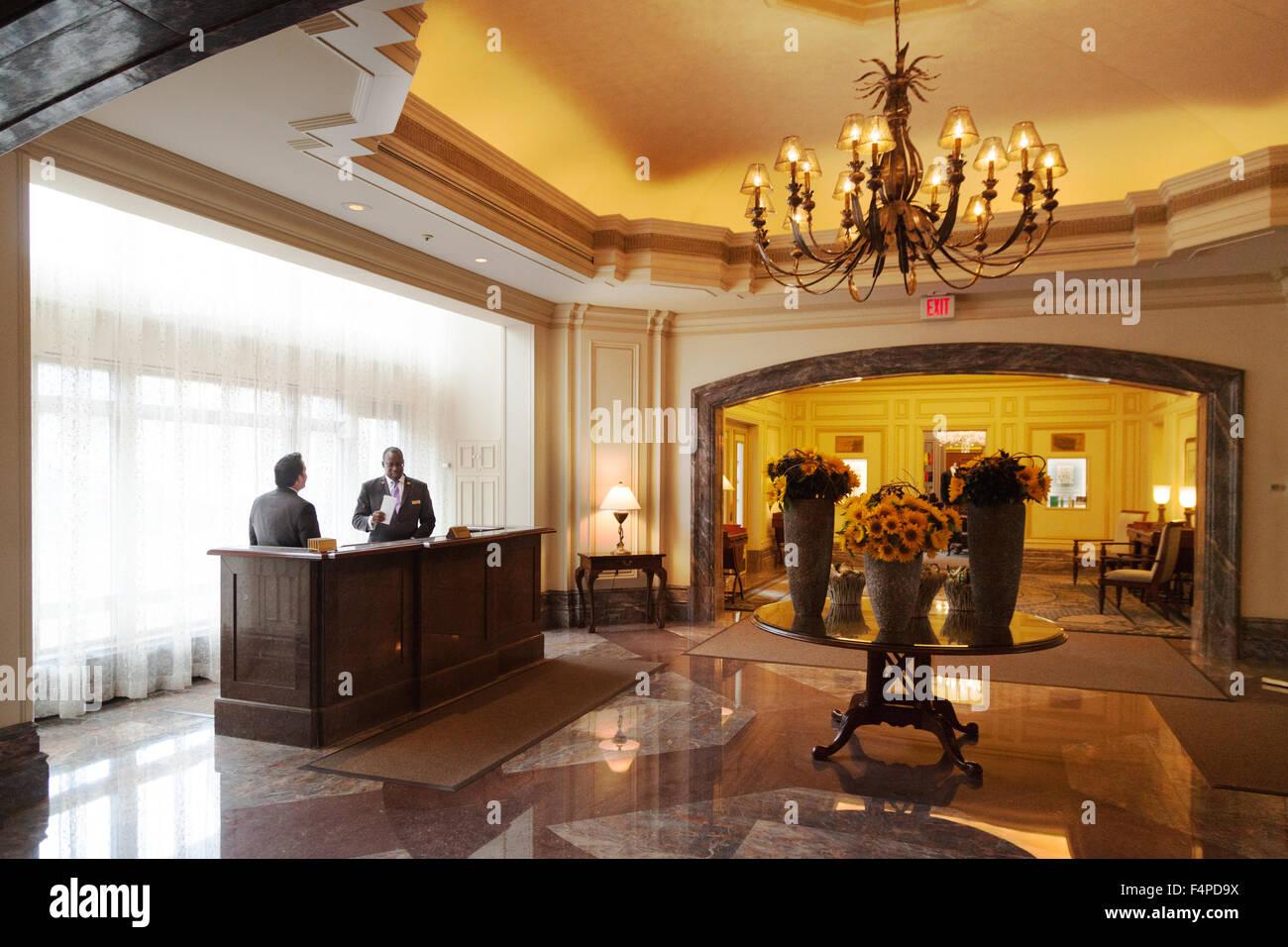 Conserje en la recepción, el Boston Harbor Hotel en Boston, Massachusetts, EE.UU. Imagen De Stock