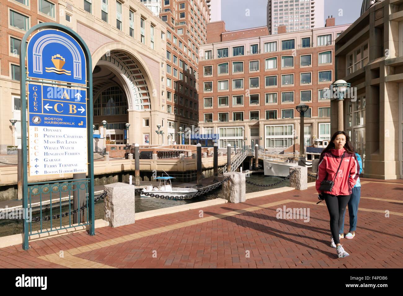 La gente haciendo el Boston Harborwalk, en Rowes Wharf, Boston, Massachusetts, EE.UU. Imagen De Stock