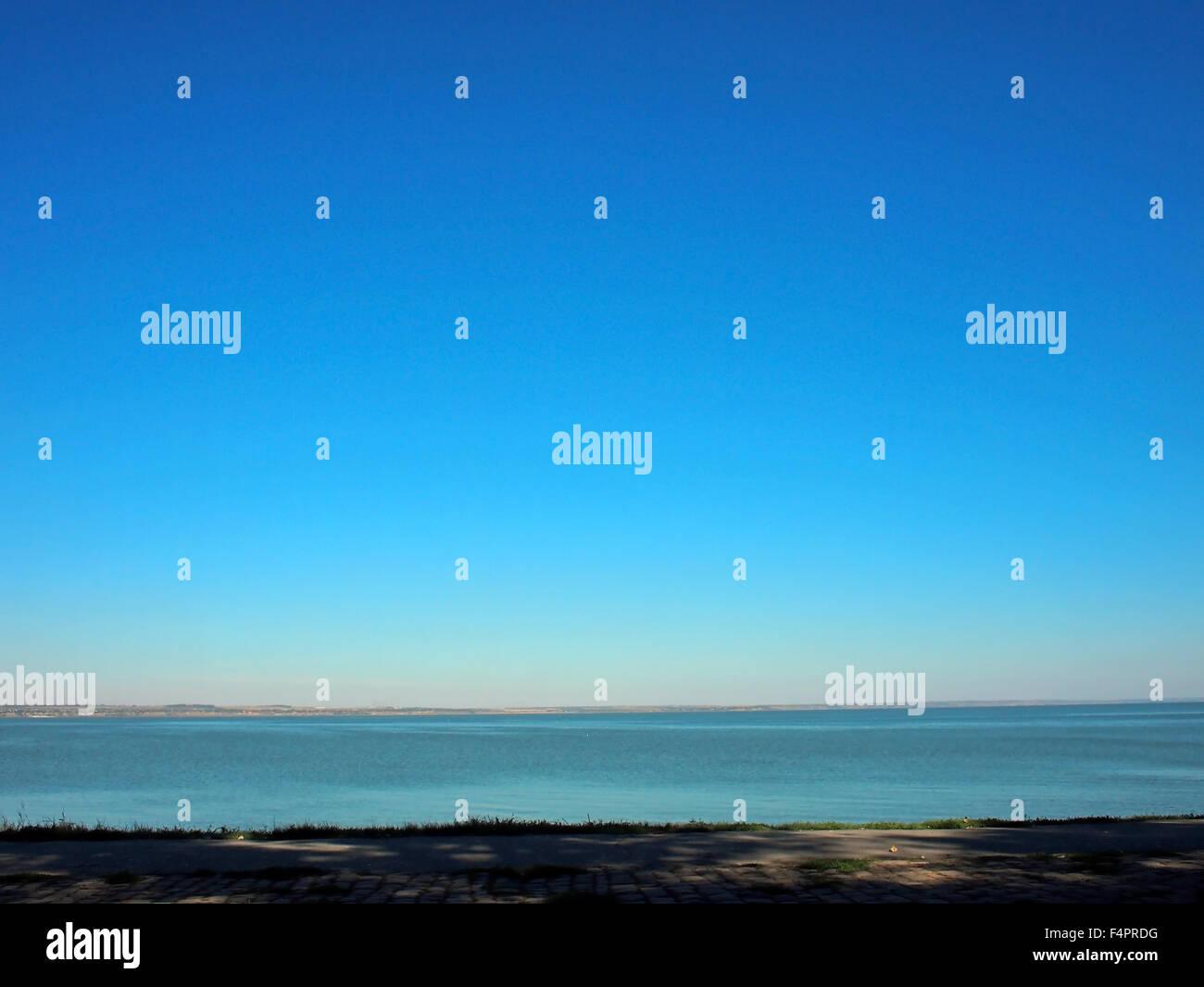 Vistas del mar y el horizonte de la costa, así como el azul del cielo sin nubes sobre el mar Imagen De Stock
