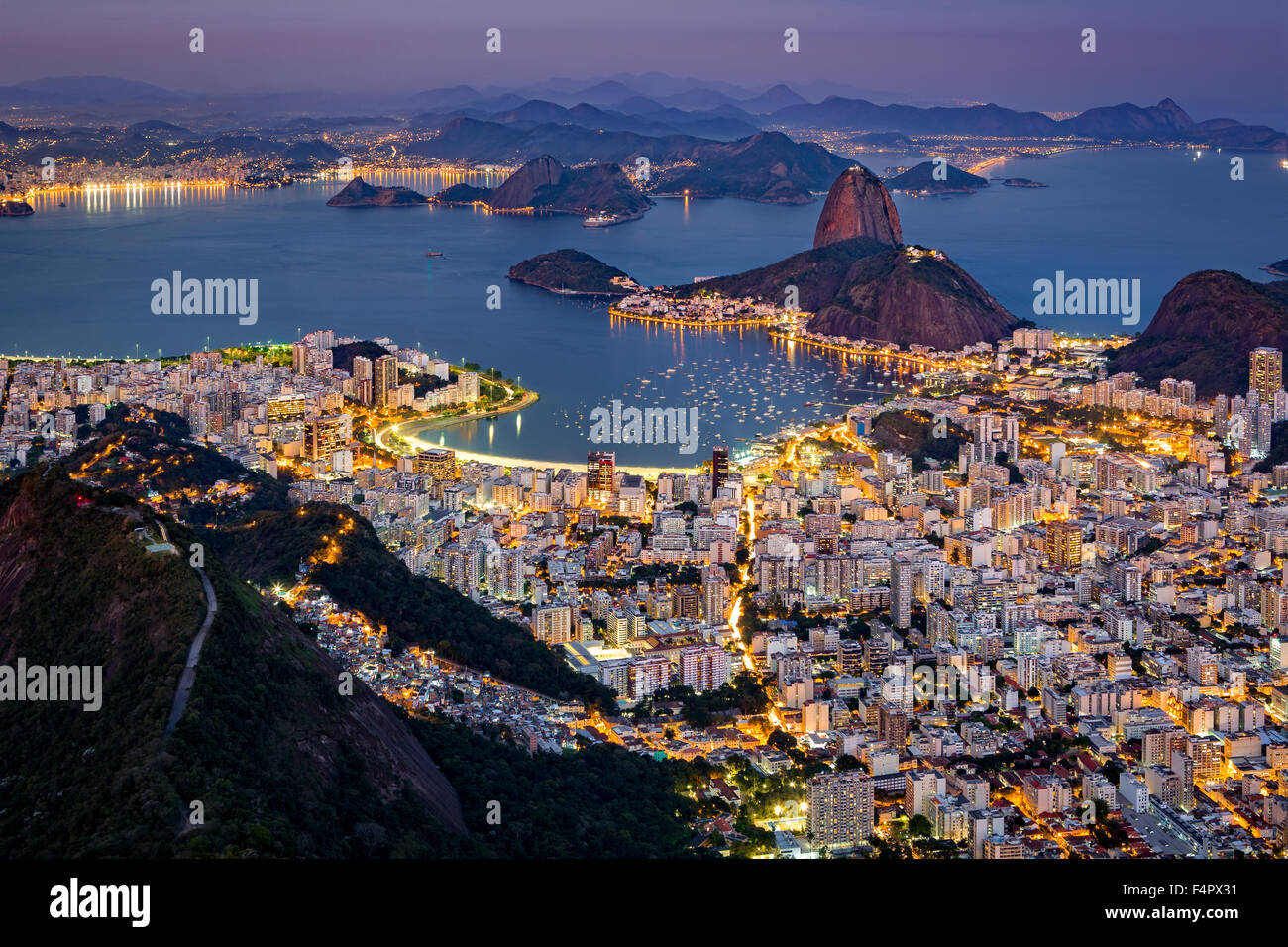 Espectacular vista aérea a lo largo de Río de Janeiro tal como se ve desde el Corcovado. El famoso Pão Imagen De Stock