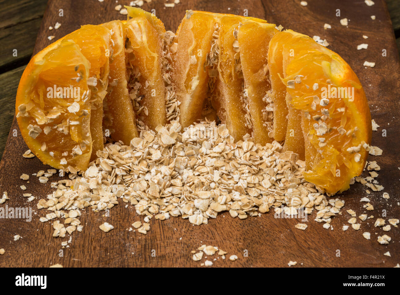 Los copos de avena y naranja para el desayuno - comida sinergia. Imagen De Stock