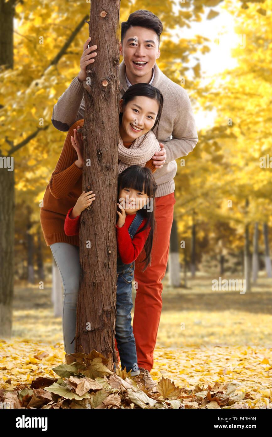 Familia Feliz El Juego Al Aire Libre Foto Imagen De Stock