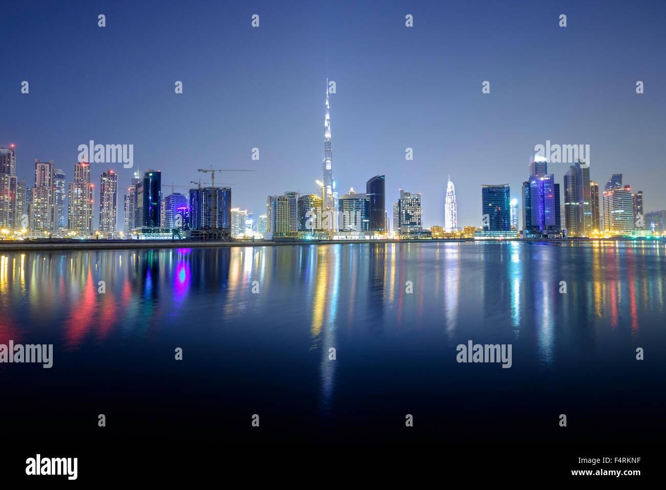 Vista nocturna de Burj Khalifa y Creek en nuevos negocios distrito bahía de Dubai, Emiratos Árabes Unidos Foto de stock