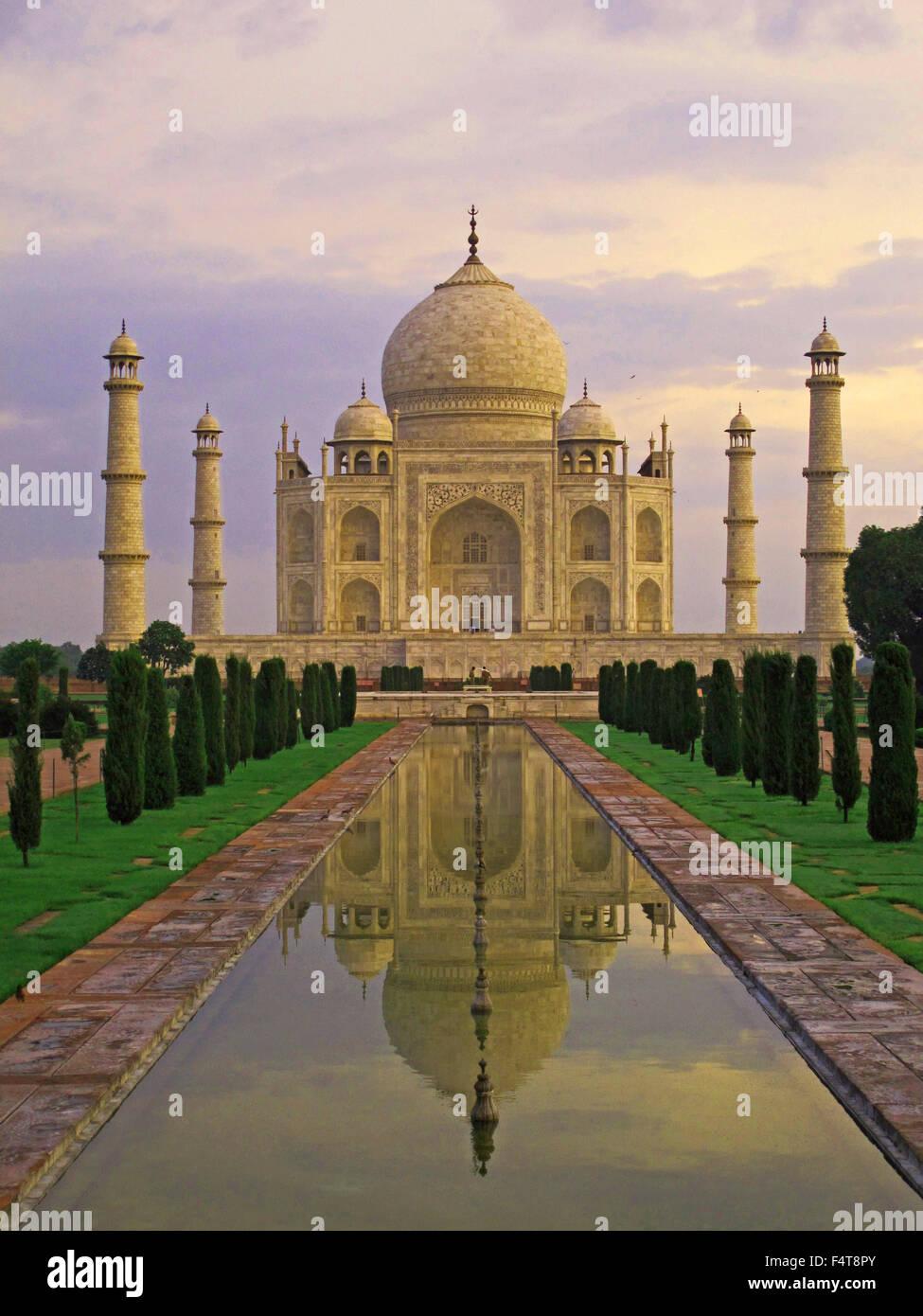 El Taj Mahal al amanecer en la India, Agra, mármol blanco amanecer rompiendo Foto de stock