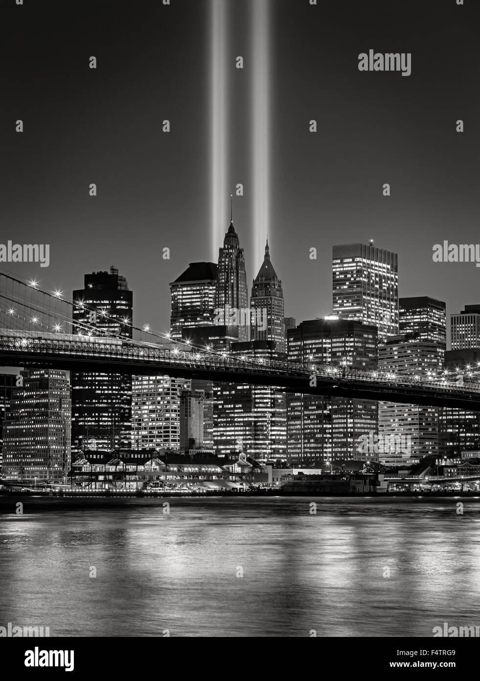 El homenaje a la luz, en el Bajo Manhattan con iluminada rascacielos del distrito financiero, la ciudad de Nueva Imagen De Stock
