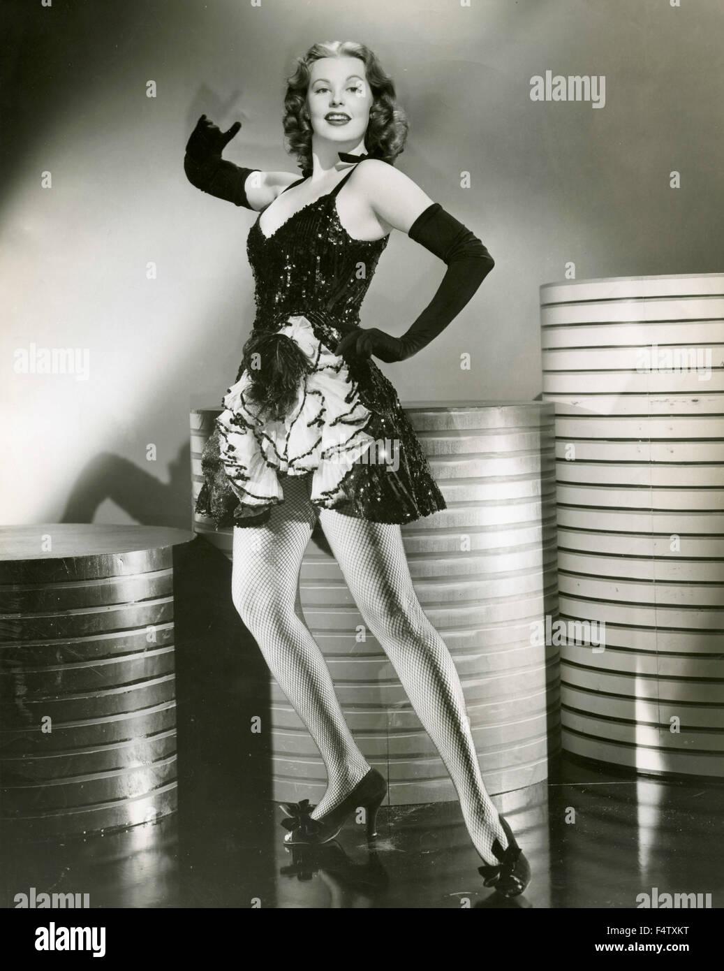Un modelo luce una larga guantes negros elegante vestido corto con lentejuelas Imagen De Stock