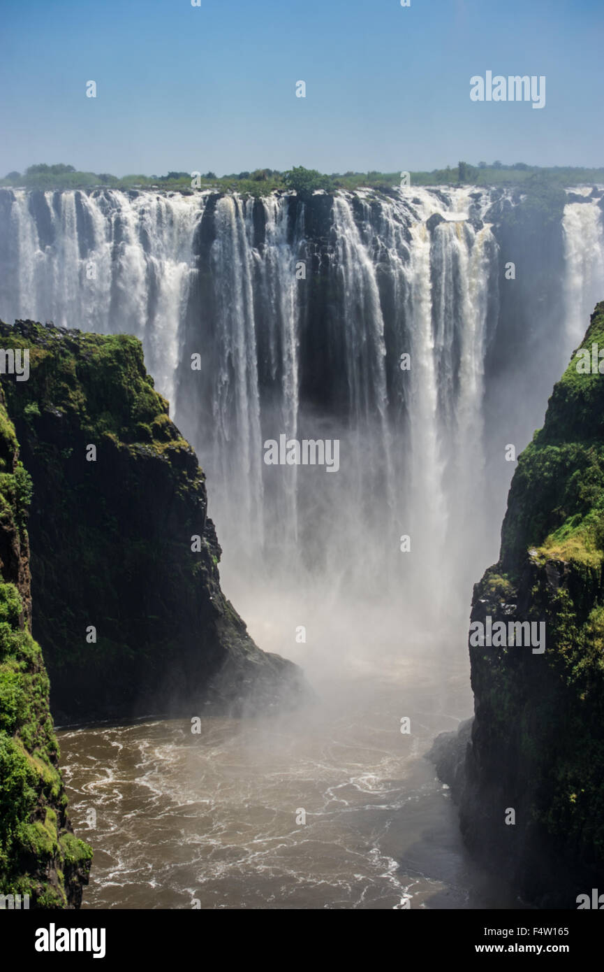 VICTORIA Falls, Zimbabwe, Africa - Las Cataratas Victoria (Mosi-oa-Tunya) , mundos más grande cascada , sobre Imagen De Stock