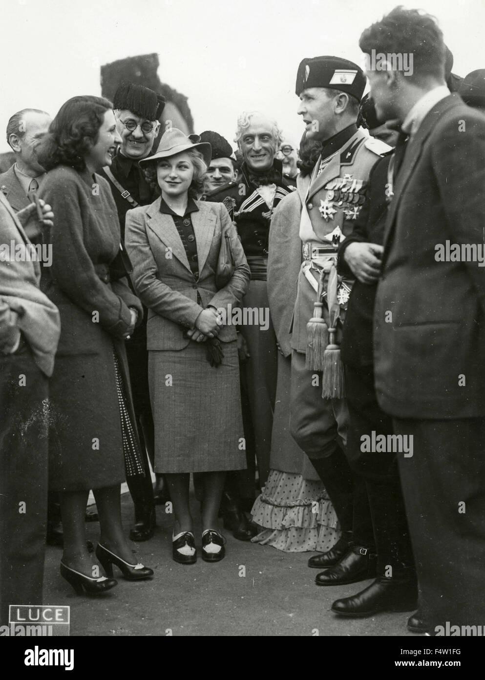 Fascistas y mujeres jóvenes vestidos a la moda de los 30s, Italia Imagen De Stock