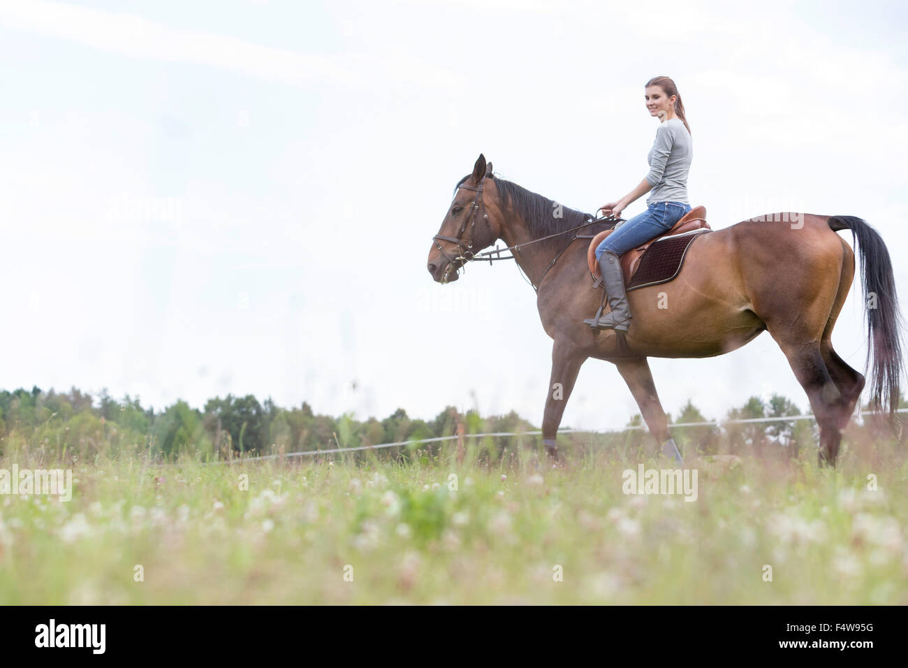 Mujer cabalgatas en ámbito rural Foto de stock