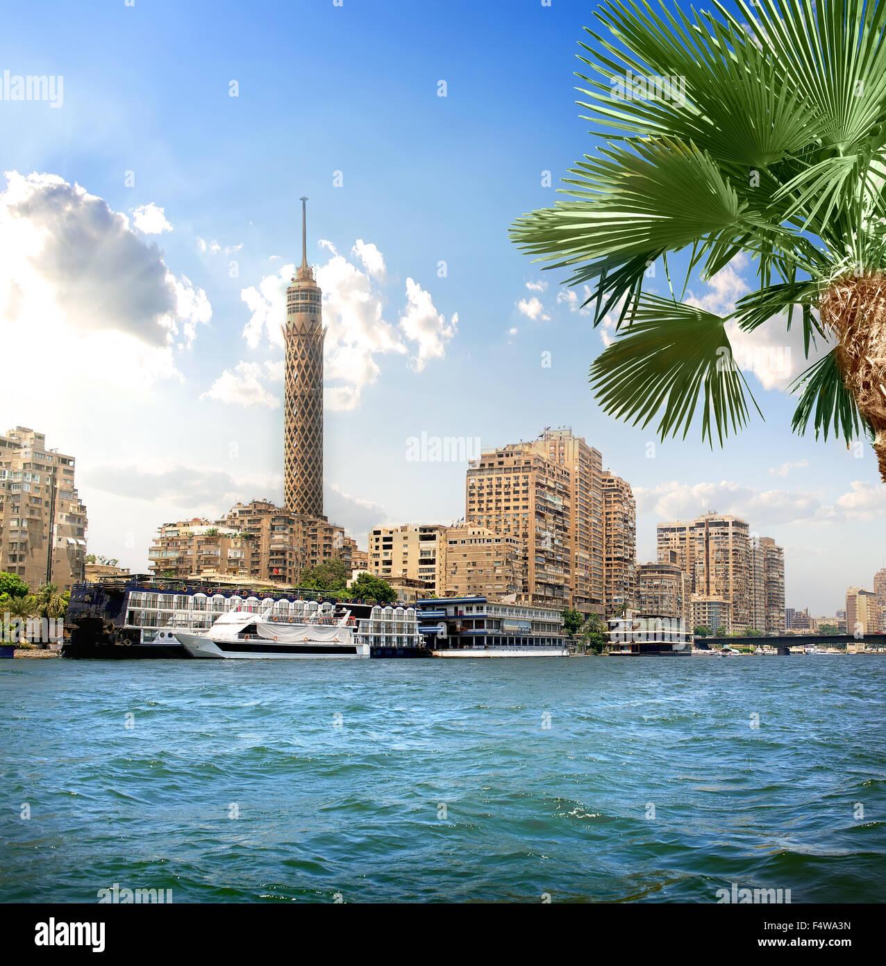 Torre de TV cerca del Nilo en El Cairo, en la luz del sol Imagen De Stock